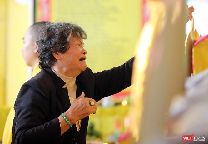 Mẹ Lên Thị Lan bật khóc khi chạm tay vào bài vị liệt sĩ Nguyễn Hữu Lộc tại Lễ tưởng niệm