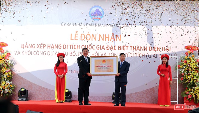Sáng 29/3, Bộ trưởng Bộ VHTT và DL đã trao Bằng xếp hạng Di tích quốc gia đặc biệt đối với Thành Điện Hải cho Chủ tịch UBND TP Đà Nẵng