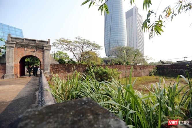 Thành có 2 cửa: một cửa hướng về phía đông, nhìn xuống sông Hàn, một cửa hướng về phía nam (cửa chính
