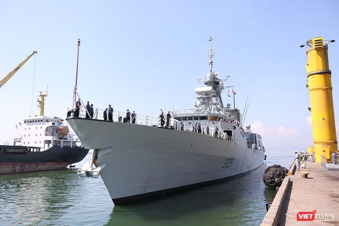 Đội tàu Hải quân Hoàng gia Canada Calgary rời Đà Nẵng ảnh 2