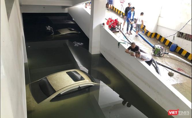 Hậu úng ngập ở Đà Nẵng: Giải cứu xe ô tô bị nhấn chìm tại tầng hầm chung cư ảnh 1