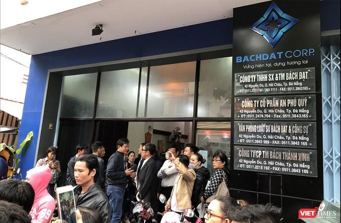 """Đà Nẵng: Hàng trăm người dân tập trung tại trụ sở Bách Đạt Corp, tố chủ đầu tư """"bẻ kèo"""" ảnh 1"""