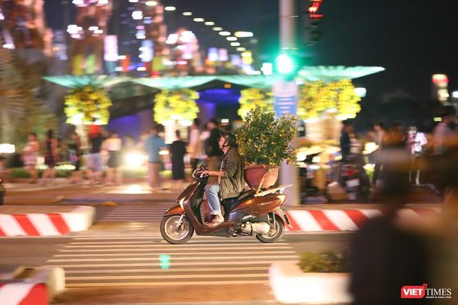Đà Nẵng: Người dân đổ ra đường đón giao thừa ảnh 22