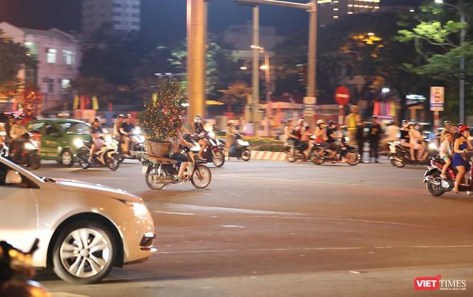 Đà Nẵng: Người dân đổ ra đường đón giao thừa ảnh 23