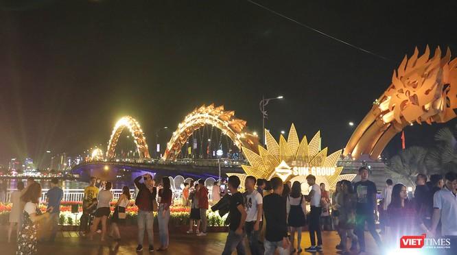 Đà Nẵng: Người dân đổ ra đường đón giao thừa ảnh 2