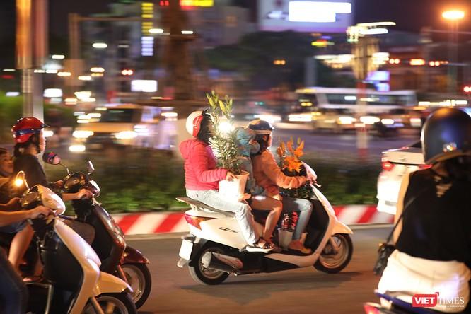 Đà Nẵng: Người dân đổ ra đường đón giao thừa ảnh 24