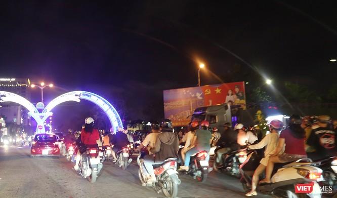 Đà Nẵng: Người dân đổ ra đường đón giao thừa ảnh 9