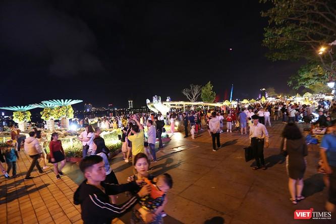 Đà Nẵng: Người dân đổ ra đường đón giao thừa ảnh 10