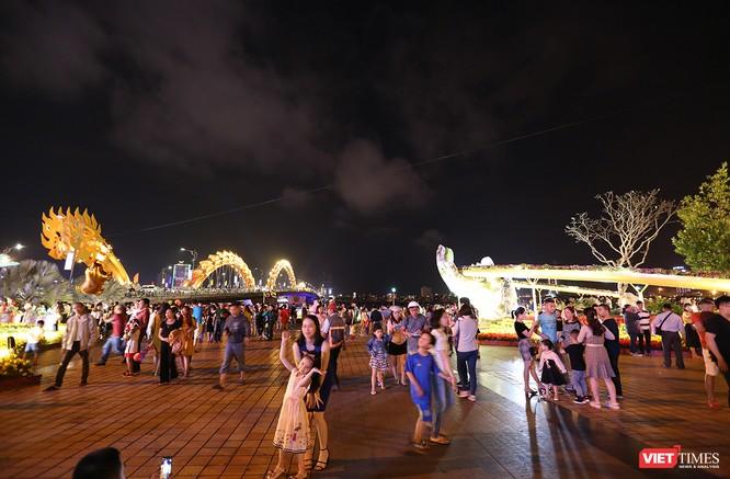 Đà Nẵng: Người dân đổ ra đường đón giao thừa ảnh 11