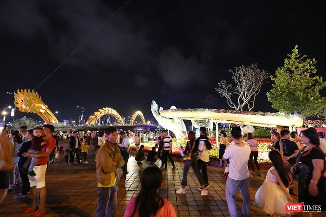 Đà Nẵng: Người dân đổ ra đường đón giao thừa ảnh 12