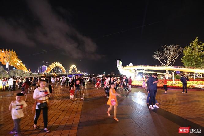 Đà Nẵng: Người dân đổ ra đường đón giao thừa ảnh 15
