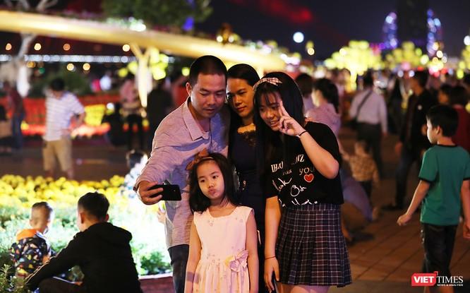 Đà Nẵng: Người dân đổ ra đường đón giao thừa ảnh 4