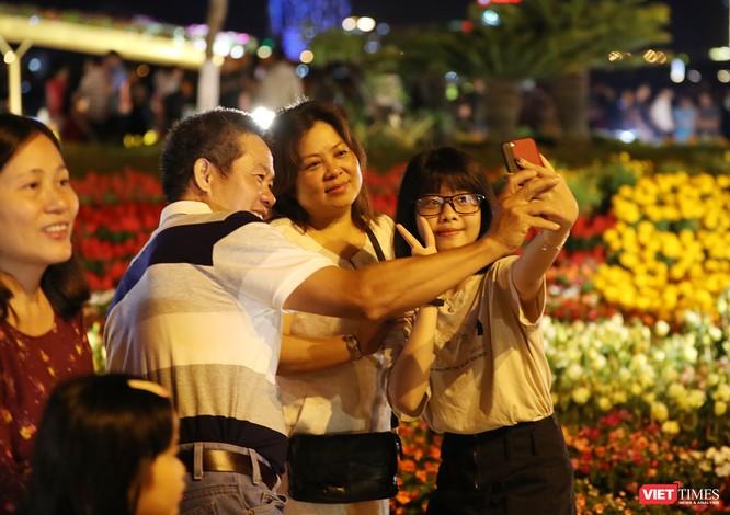 Đà Nẵng: Người dân đổ ra đường đón giao thừa ảnh 6