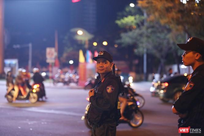 Đà Nẵng: Người dân đổ ra đường đón giao thừa ảnh 7