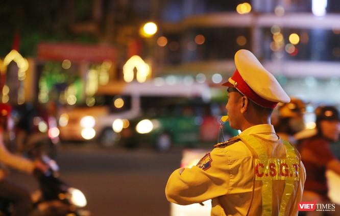 Đà Nẵng: Người dân đổ ra đường đón giao thừa ảnh 8