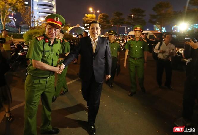 Đà Nẵng: Người dân đổ ra đường đón giao thừa ảnh 1