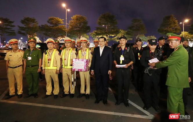 Đà Nẵng: Người dân đổ ra đường đón giao thừa ảnh 20