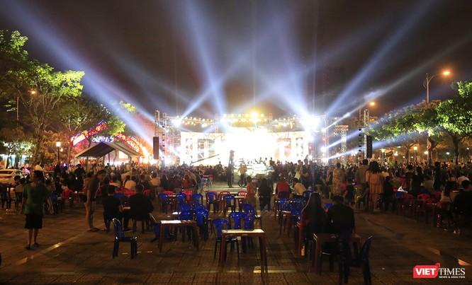 Đà Nẵng: Người dân đổ ra đường đón giao thừa ảnh 25