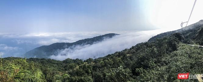 """Du khách hứng thú ngắm """"sông mây"""" trên đỉnh Sơn Trà ảnh 2"""