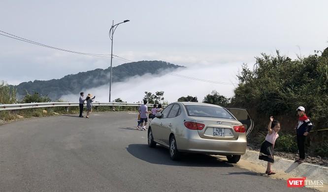 """Du khách hứng thú ngắm """"sông mây"""" trên đỉnh Sơn Trà ảnh 6"""