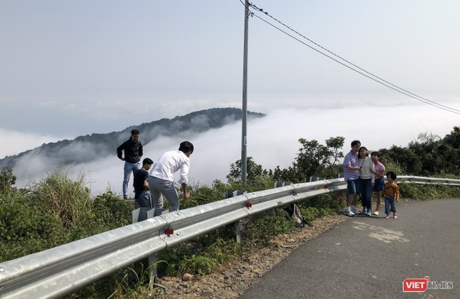 """Du khách hứng thú ngắm """"sông mây"""" trên đỉnh Sơn Trà ảnh 9"""
