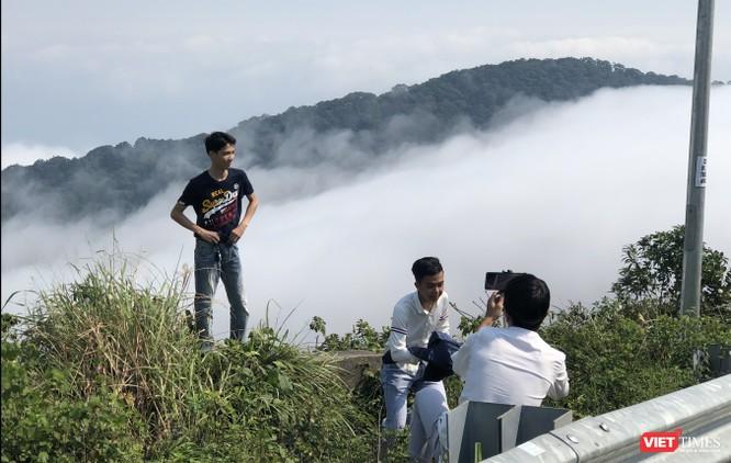 """Du khách hứng thú ngắm """"sông mây"""" trên đỉnh Sơn Trà ảnh 10"""