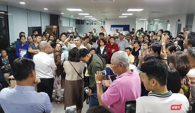 """Vụ Bách Đạt An bị tố """"bẻ kèo"""": Hàng trăm khách hàng kéo đến Văn phòng dự án của Bách Đạt An đòi sổ đỏ ảnh 2"""