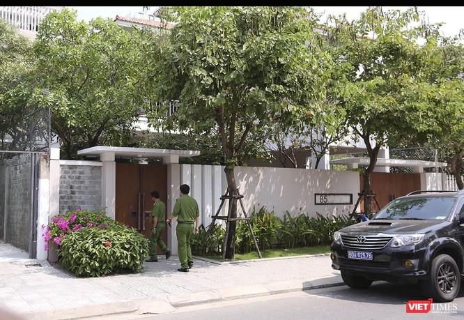 Vào khoảng 9h30 cùng ngày, lực lượng công an, viện kiểm sát đi trên xe ô tô chuyên dụng mang BKS 80A-02576 cùng đã có mặt và đi vào nhà ông Nguyễn Ngọc Tuấn tại số 85 Hoàng Kế Viêm