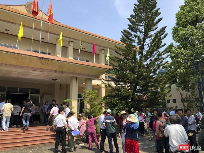 Sáng 20/3, rất đông người mua tụ tập trước trụ ở tiếp dân của UBND tỉnh Quảng Nam