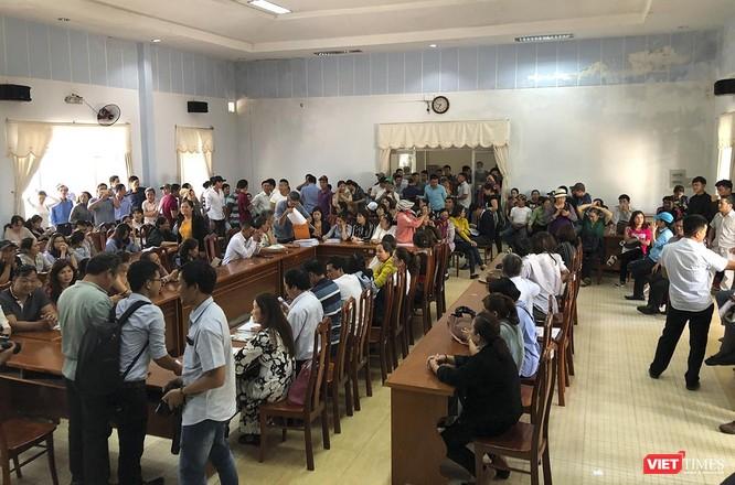Hàng trăm nguwoif ngồi kín hội trường trụ sở Tiếp dân của UBND tỉnh Quảng Nam chờ ngóng thông tin cuộc họp