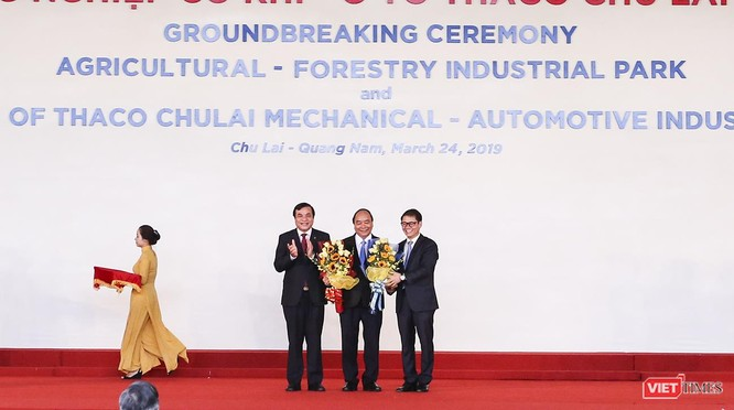 Đại diện chính quyền tỉnh Quảng Nam và THACO tặng hoa, cảm ơn sự quan tâm của Chính phủ và cá nhân Thủ tướng Nguyễn Xuân Phúc đối với sự phát triển của Quảng Nam nói chung và THACO nói riêng