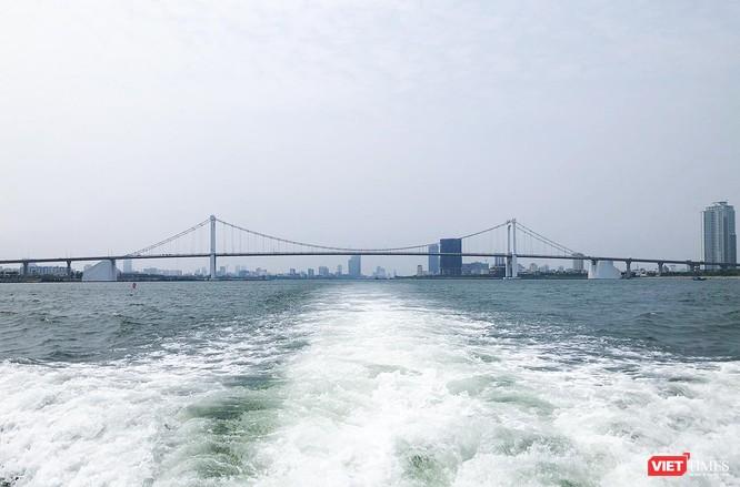 Ngắm toàn cảnh thành phố nhìn từ vịnh Đà Nẵng cũng đem lại những trải nghiệm thú vị