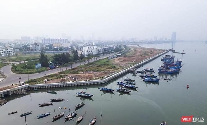 Dư luận dấy lên lo ngại khi xuất hiện cả cụm công trình lấy sông Hàn sau khi dự án Marina Complex hoàn thành việc thi công bờ kè và san nền