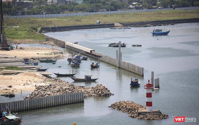 Hệ đống đê kè đá hộc ngăn sóng và cột hải đăng trên sông Hàn bị cắt cụt nhường chỗ cho dự án