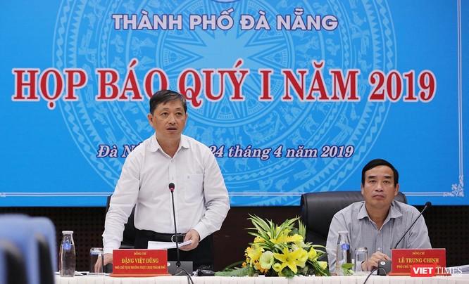 Ông Đặng Việt Dũng - Phó Chủ tịch Thường trực UBND TP Đà Nẵng trả lời các vấn đề báo chí quan tâm tại Họp báo