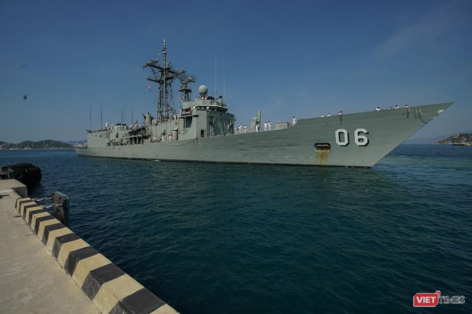 Tàu hộ vệ tên lửa HMAS Newcastle chuẩn bị cập cảng quân sự Cam Ranh