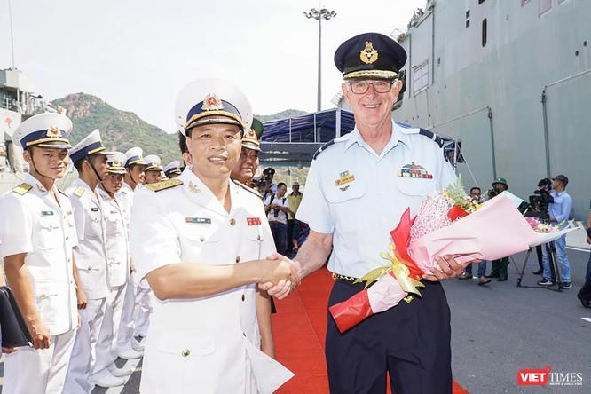 """Cận cảnh chiến hạm """"khủng"""" nhất Australia vừa cập cảng Cam Ranh ảnh 1"""