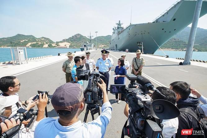 Buổi họp báo nhanh nhân chuyến thăm của đội tàu diễn ra ngay tại hiện trường