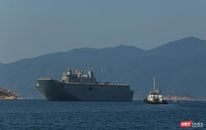Tàu HMAS Canberra trên vịnh Cam Ranh