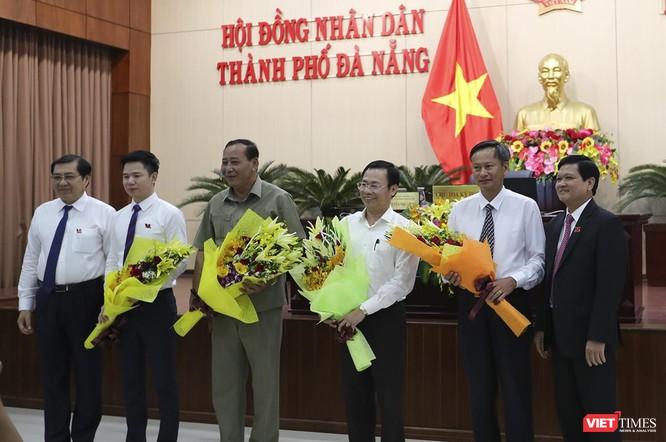 ông Nguyễn Nho Trung-Chủ tịch HĐND TP Đà Nẵng và ông Huỳnh Đức Thơ-Chủ tịch UBND TP tặng hoa cho các cá nhân vừa được HĐND miễn nhiệm các chức danh