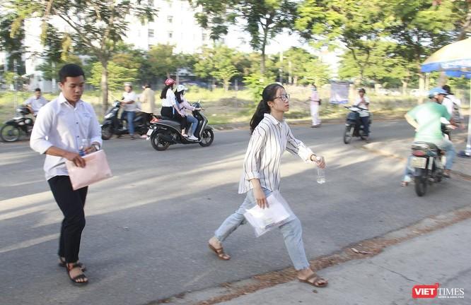 Cận cảnh những thí sinh cuối cùng bước vào phòng thi ở Đà Nẵng ảnh 12