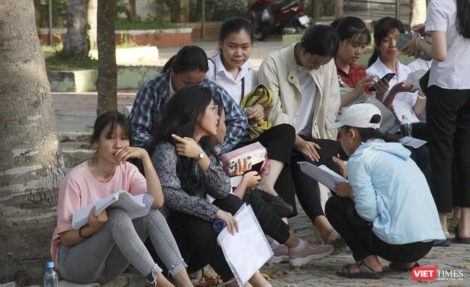 Cận cảnh những thí sinh cuối cùng bước vào phòng thi ở Đà Nẵng ảnh 13