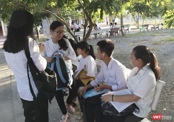 Cận cảnh những thí sinh cuối cùng bước vào phòng thi ở Đà Nẵng ảnh 14
