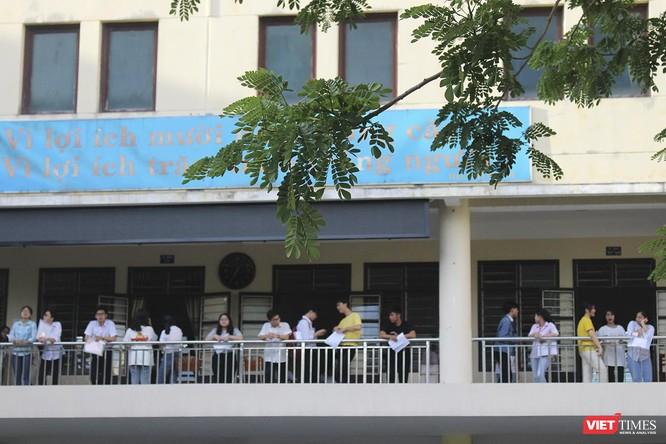 Cận cảnh những thí sinh cuối cùng bước vào phòng thi ở Đà Nẵng ảnh 16