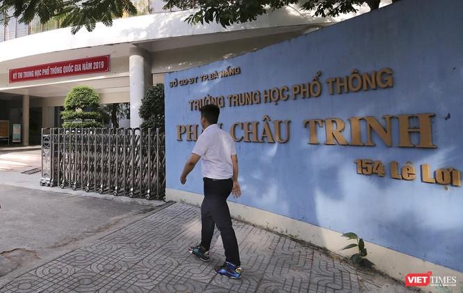 Cận cảnh những thí sinh cuối cùng bước vào phòng thi ở Đà Nẵng ảnh 2
