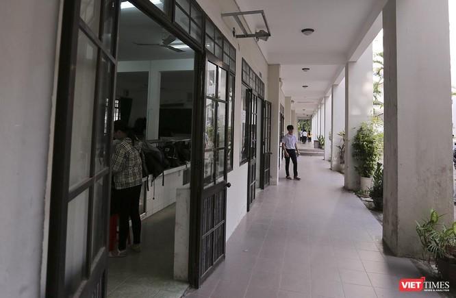 Cận cảnh những thí sinh cuối cùng bước vào phòng thi ở Đà Nẵng ảnh 4