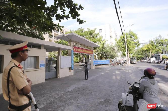 Cận cảnh những thí sinh cuối cùng bước vào phòng thi ở Đà Nẵng ảnh 9