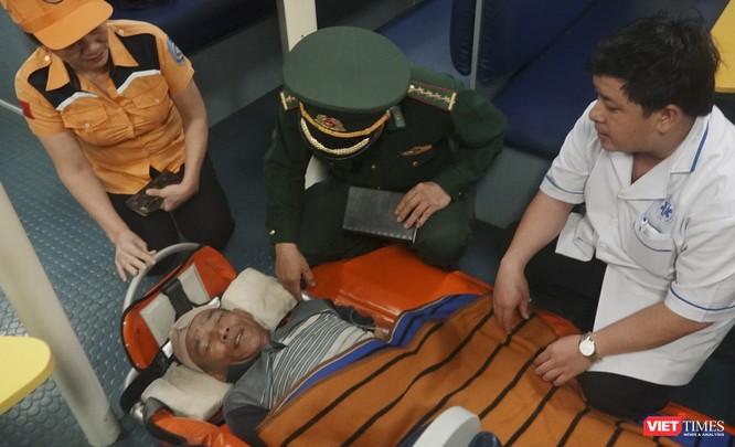 Điều tàu cứu nạn SAR 412 cứu hộ thành công ngư dân bị nạn trên biển ảnh 1
