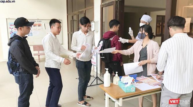 Ảnh: Ngày đầu sinh viên ở Đà Nẵng đến trường sau 4 tuần nghỉ phòng dịch COVID-19 ảnh 1