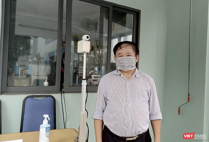 Cựu Thứ trưởng GD&ĐT chế tạo thiết bị đo thân nhiệt từ xa phòng COVID-19 ảnh 2